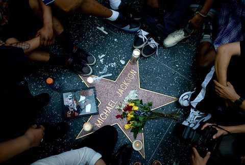 Fans sörjer vid Michael Jacksons stjärna på Hollywood walk of fame efter dödsbudet.