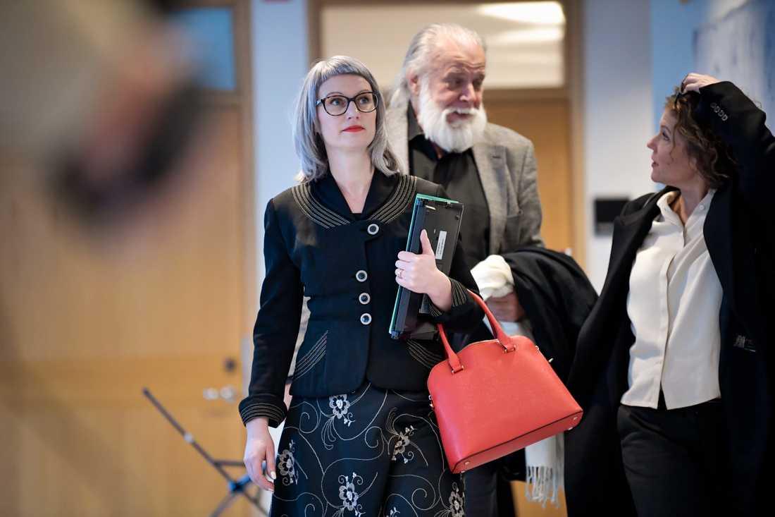 Åklagare Liselott Herschend på väg in till förhandlingssalen i Uppsala tingsrätt. Bakom henne ett av målsägarbiträdena, Leif Ericksson, som företräder en av kvinnorna som enligt åtalet ska ha utsatts för misshandel.