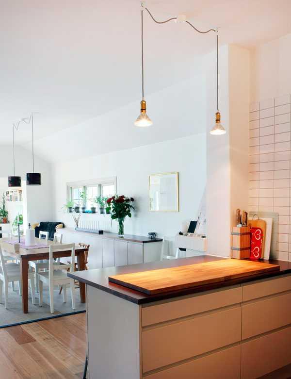 """Golvet i köket är vanligt mattlackat trägolv. """"Jag tycker inte att det spelar så stor roll vilken typ av golvmaterial man väljer i köket, huvudsaken är att man gillar det"""", säger Anders."""