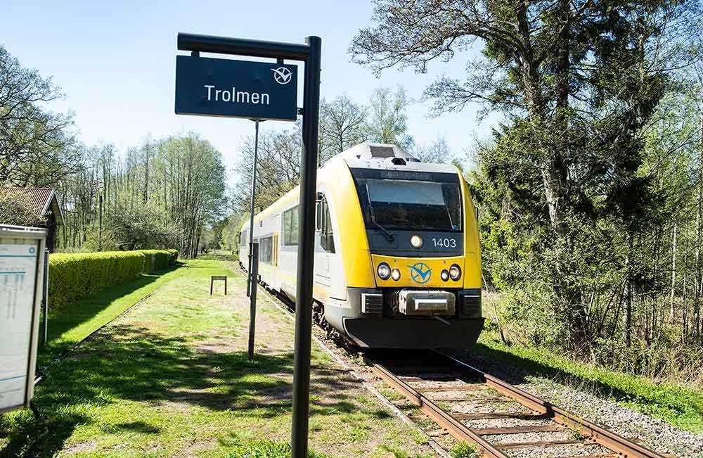 Sveriges vackraste tågsträcka går mellan Lidköping och Mariestad. Bilden på tåget är taget vid station Trolmen.
