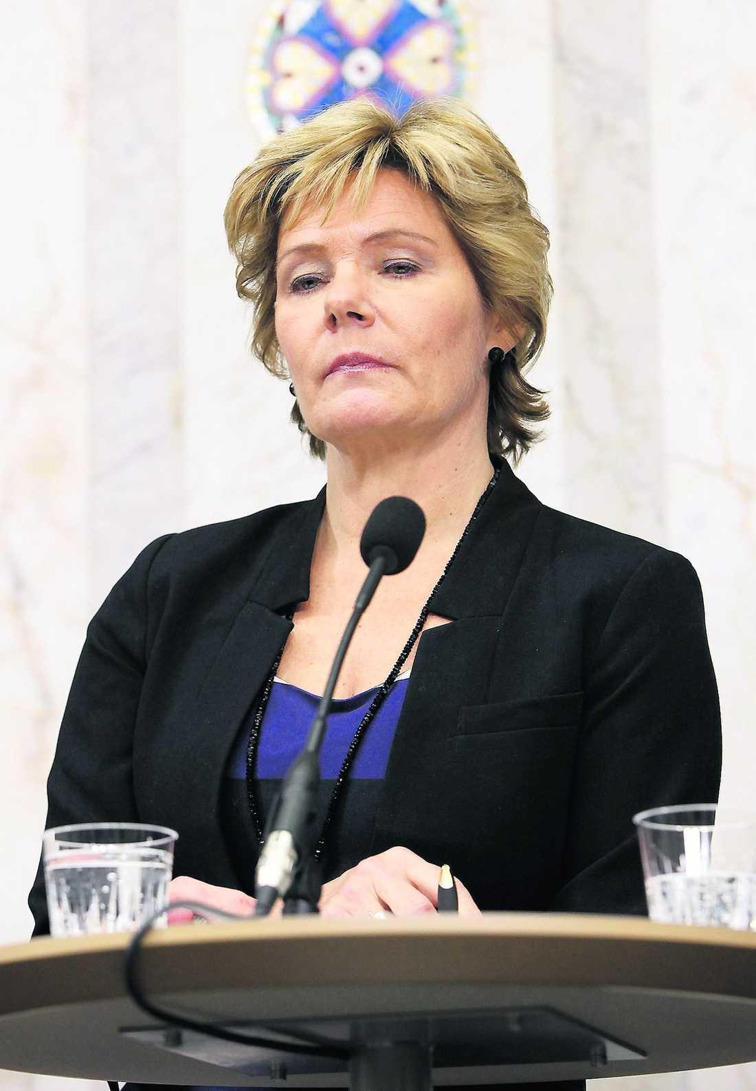 Äldre- och folkhälsominister Maria Larsson (KD) lovar att se över parets situation.