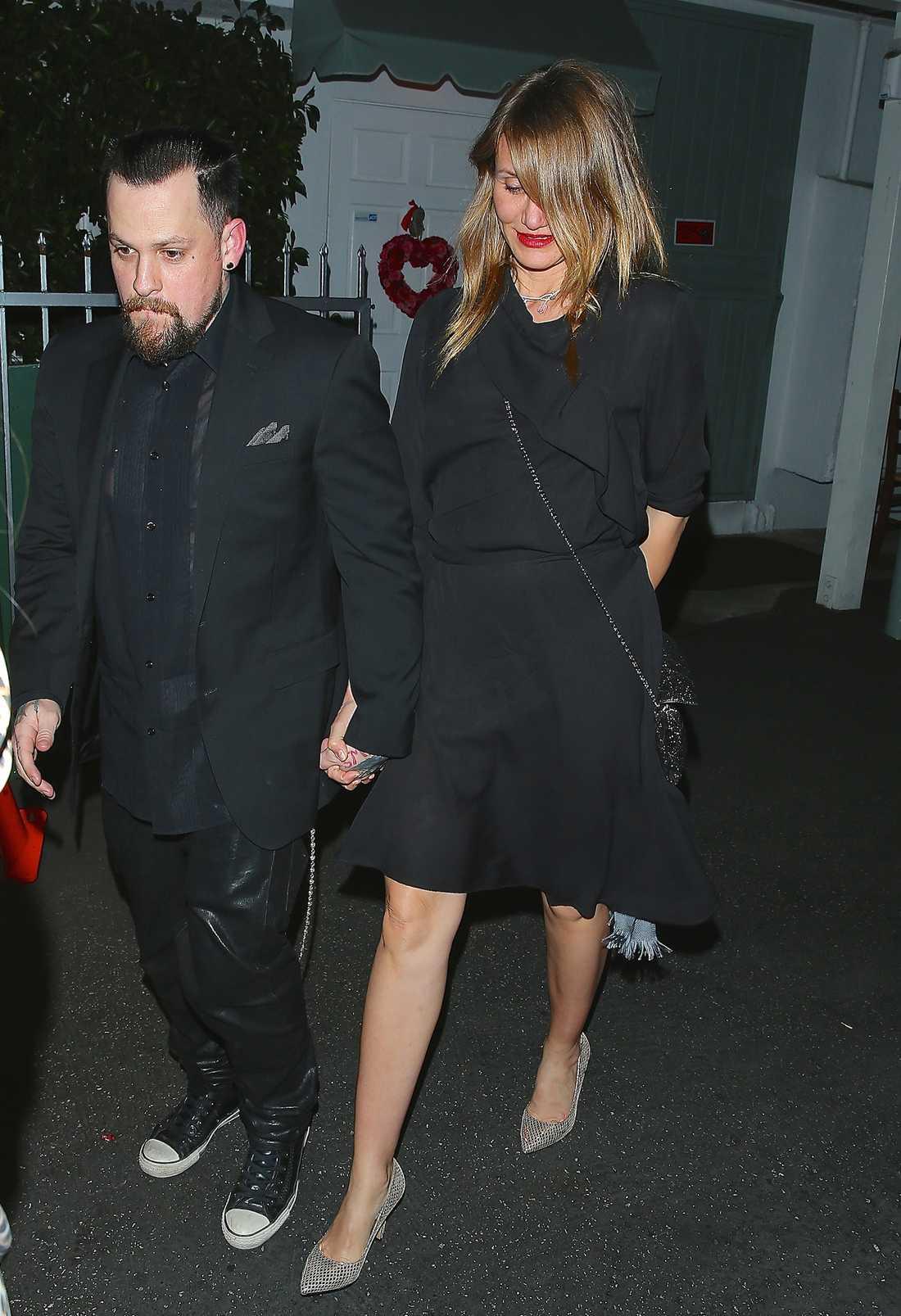 Cameron Diaz Skådespelerskan håller hårt i maken Benji Madden. Den svarta klänningen matchar hon silveraccessoarer toppat med rött läppstift – snyggt!