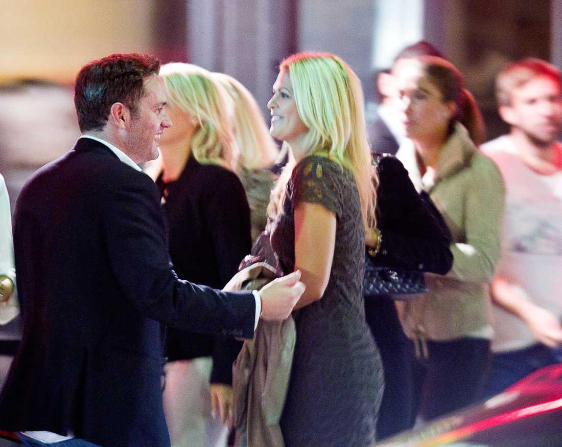 """Mötet Vem är han? Redan i augusti 2010 lyckades Aftonbladet fånga Madeleine och den länge hemlige pojkvännen Chris O'Neill på bild. Här festade de på """"Riche"""" tillsammans. Då hade det gått mindre än ett halv år sedan förlovningen med Jonas Bergström bröts."""