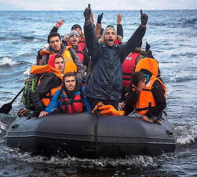 välkomna! Flyktingar jublar när de når den grekiska ön Lesbos. Välkomna dem hit, menar Petter Larsson. Utan en hög invandring går det åt pipan med både Europa och Sverige.