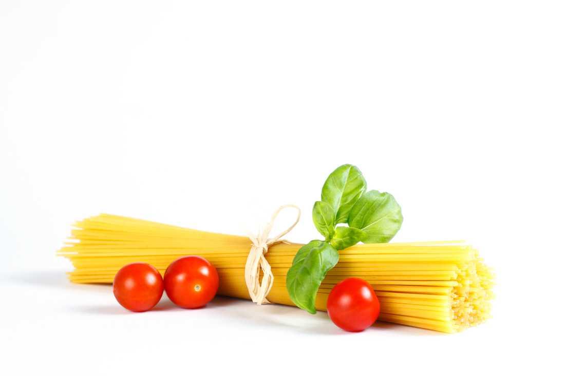 """4. """"Man blir tjock av kolhydrater"""" Falskt  De flesta näringsfysiologer är överens om att kolhydrater är en viktig energikälla för oss människor. I västvärlden kommer ungefär 50 procent av vårt dagliga energiintag från kolhydrater, bland annat från stärkelse (till exempel pasta, ris) men också från olika sockerarter via frukt, bär och sötsaker.  Äter man fler kalorier än vad man gör av med så går man upp i vikt, det gör man oavsett vilken typ av kalorier man äter för mycket av. De osmältbara kolhydraterna (kostfibrer) tas inte upp  i kroppens ämnesomsättning alls."""