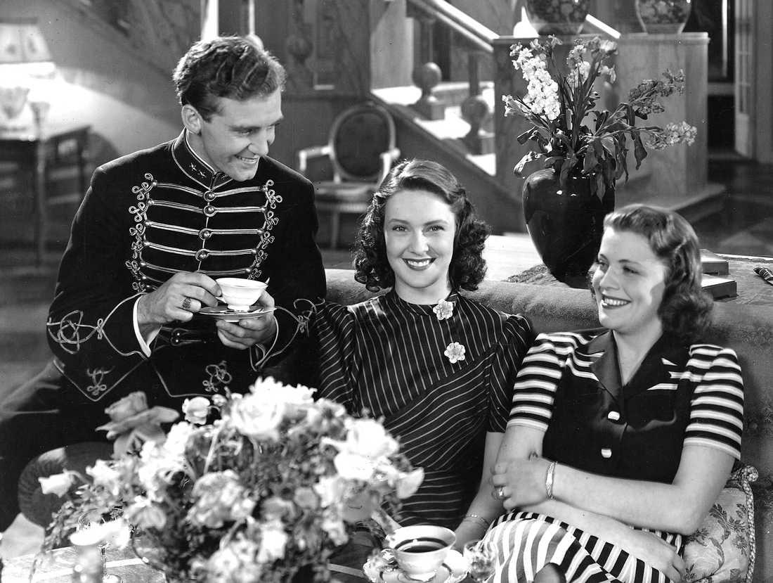 """1942 Gösta Kjellertz, Gaby Stenberg och Sickan Carlsson ur komedin """"Löjtnantshjärtan""""."""