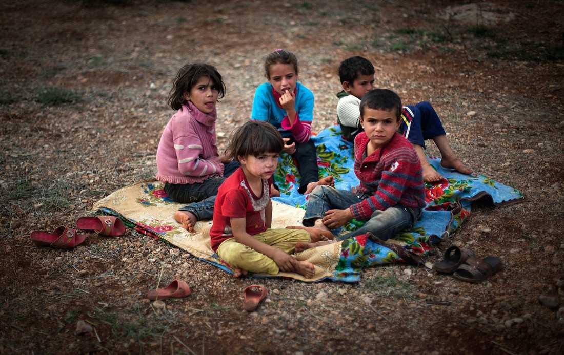 Får vänta på hjälp Barn dödas eller tvingas fly undan inbördeskriget i Syrien medan omvärlden handfallet ser på.