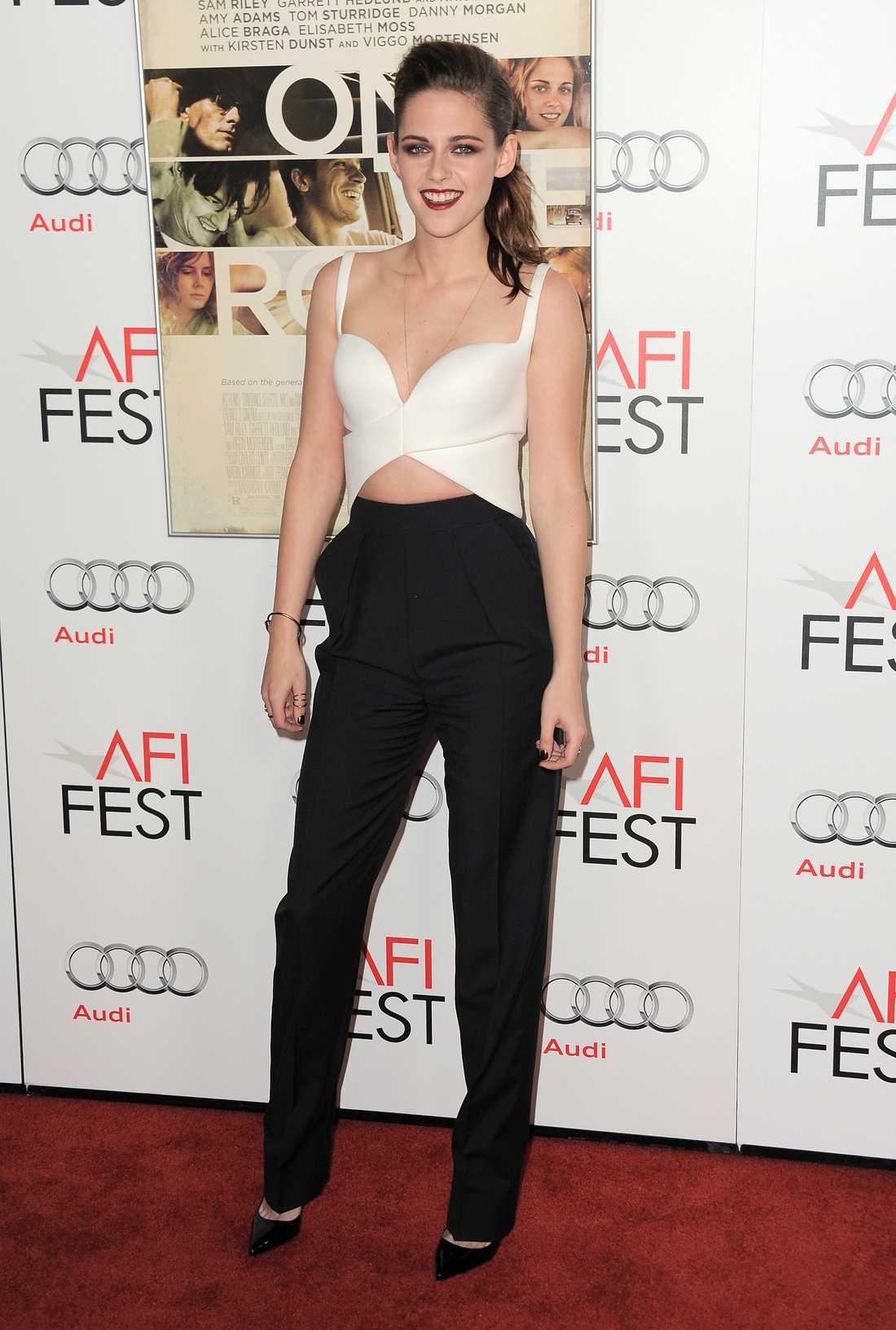 Kristen Stewart är läcker i Balenciaga från topp till tå.