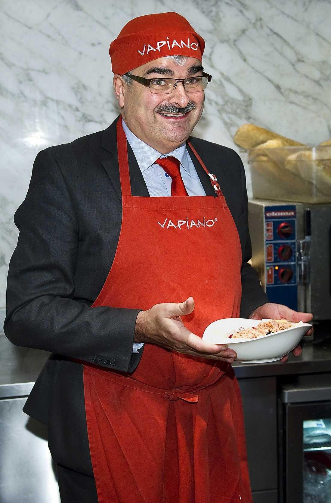 TRÄNAR PÅ TONFISKAN Håkan Juholt fick känna på att jobba i köket på restaurang Vapiano när han tidigare i år blev inbjuden av Hotell- och restaurangfacket.