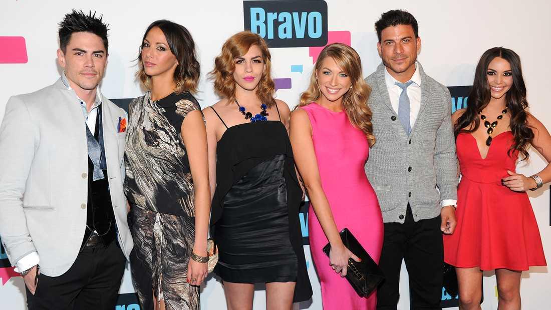 """Två medverkande i realityserien """"Vanderpump rules"""" har fått sparken, Kristen Doute (tvåa från vänster) och Stassi Schroeder (fyra från vänster)."""