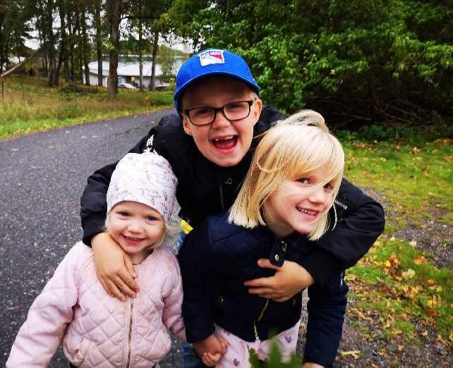 Hampus lugnade syskonen Maja och Saga när mamma fick en allergisk chock.