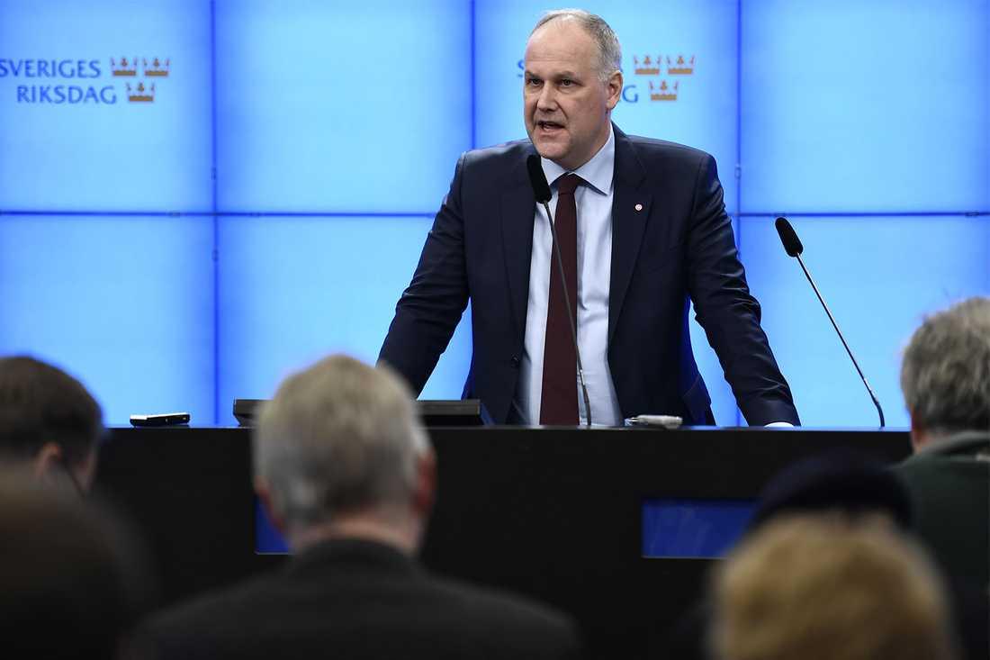 Jonas Sjöstedt (V) meddelade på pressträffen att V inte kommer släppa fram Löfven.