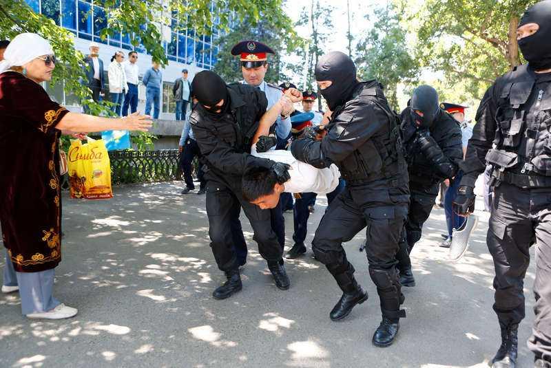 hundratals greps En demonstrant förs bort av kravallpolis i samband med protester i Almaty, Kazakstans största stad. Demonstrationer genomfördes över hela landet i lördags.