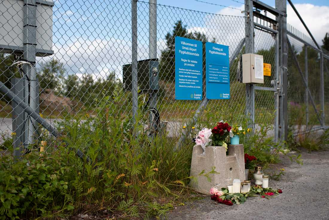 Blommor utanför grindarna till fallskärmsklubben i Umeå efter flygolyckan.