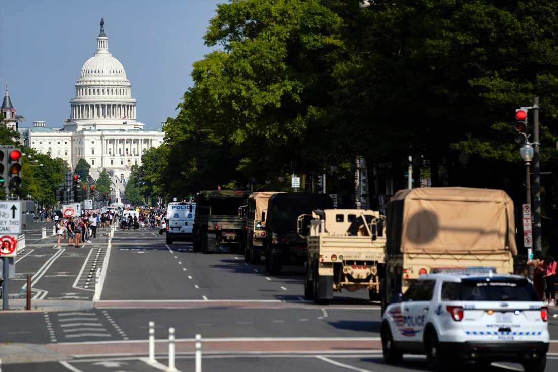 Militära fordon på Washingtons gator.
