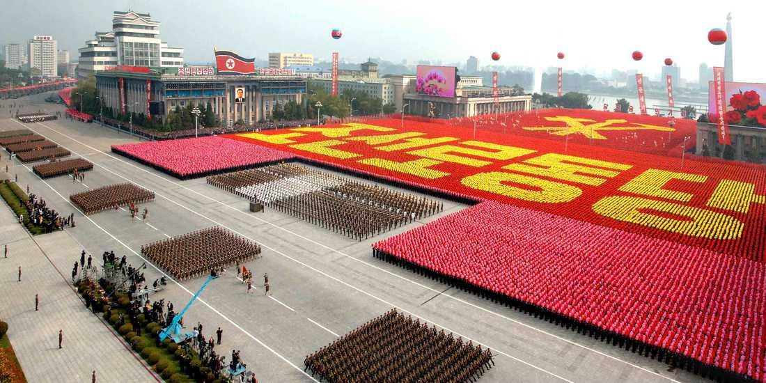 Parad på Pyong Yangs gator när Koreas arbetarparti firade sitt 65 års jublieum.