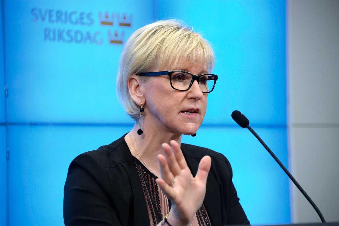 Utrikesminister Margot Wallströms hårda kritik mot Saudiarabien har fått konsekvensen att två ambassadörer, en från Saudiarabien och en från Förenande Arabemiraten, har kallats hem från Sverige.