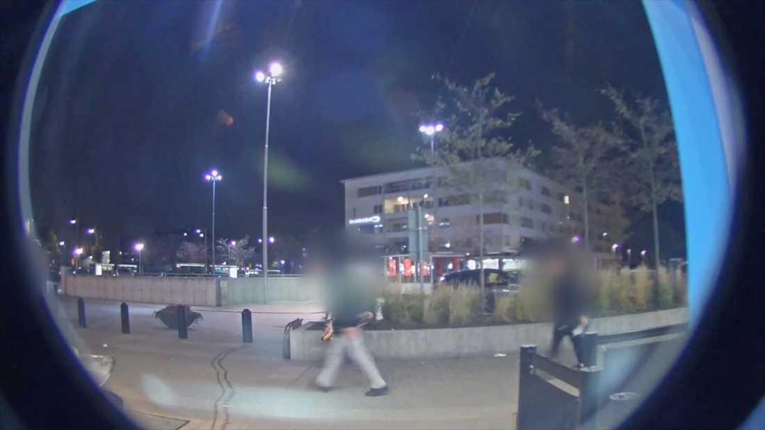 En ungdom har skjutits i benet. Fångas på övervakningsfilm på väg till sjukhuset i Huddinge.