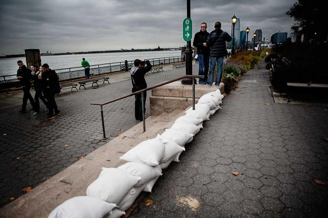 Manhattanborna förbereder sig inför stormen.