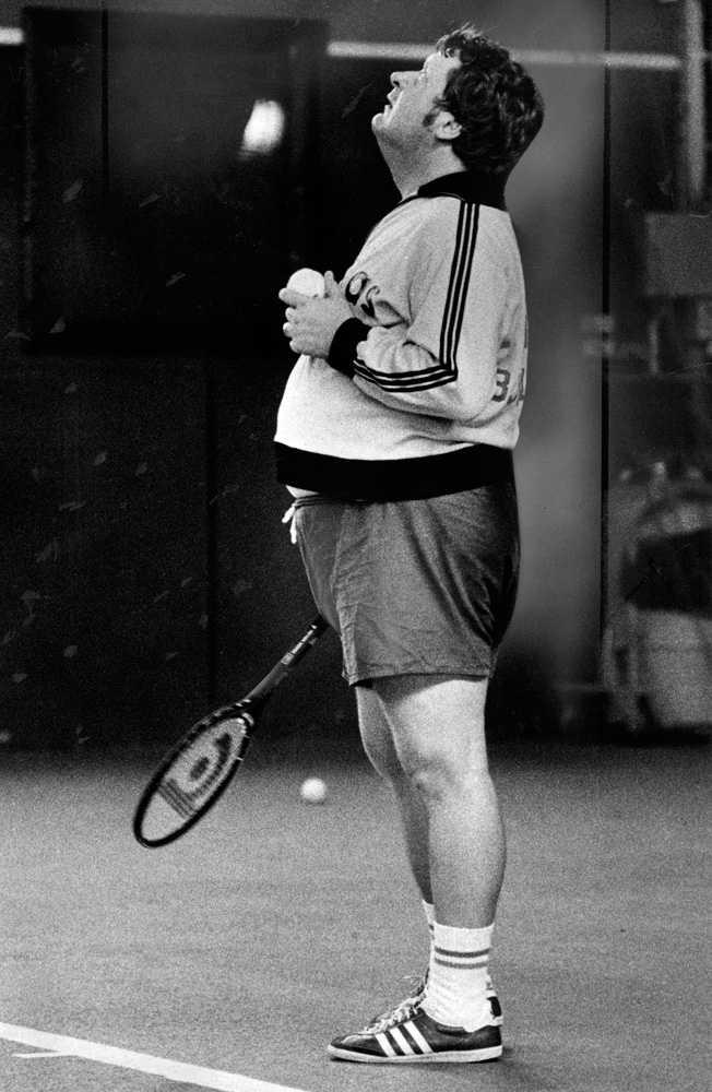 Med eftertänksam min på tennisplanen, 1977.