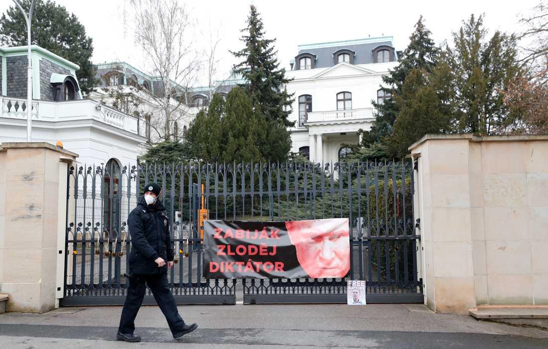 En polisman går förbi en protestbild uppsatt utanför den ryska ambassaden i Prag i Tjeckien. På lördagen, dagen efter att bilden togs, utvisades 18 ryska diplomater från Tjeckien, misstänkta för att vara spioner.
