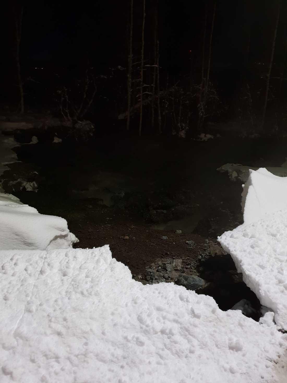 Flera tusen kubikmeter vatten läckte ut.