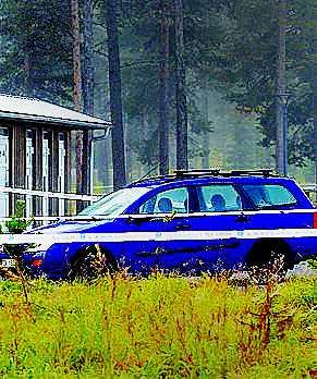 EN BLÅ FORD Carolins bil på en rastplats utanför Gällivare.