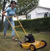 Var försiktig med gräsklipparen.