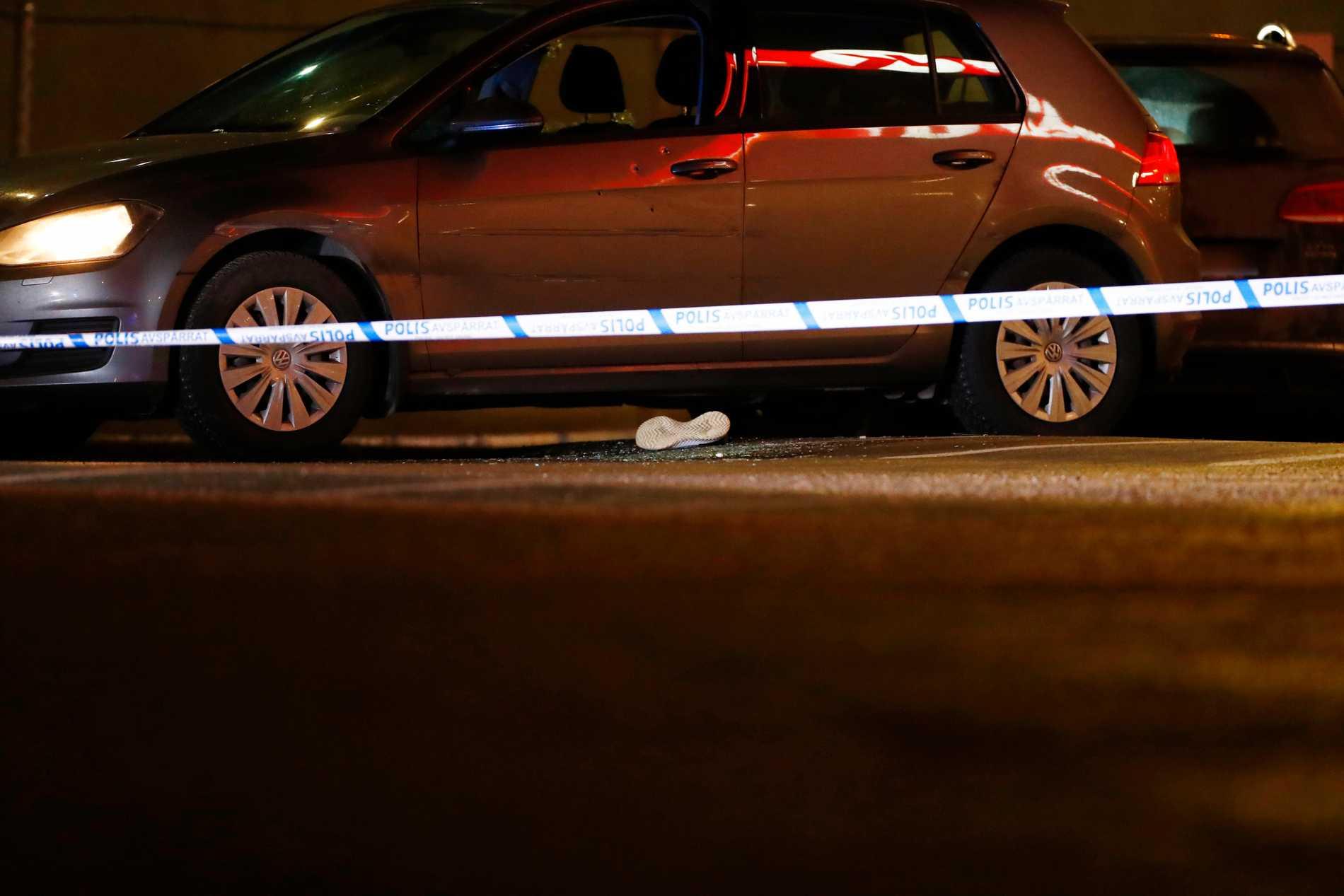 Bild från Kungens kurva, januari förra året, när en man och en kvinna hittades skottskadade i en bil vid en bensinmack. Mannen avled senare av sina skador.