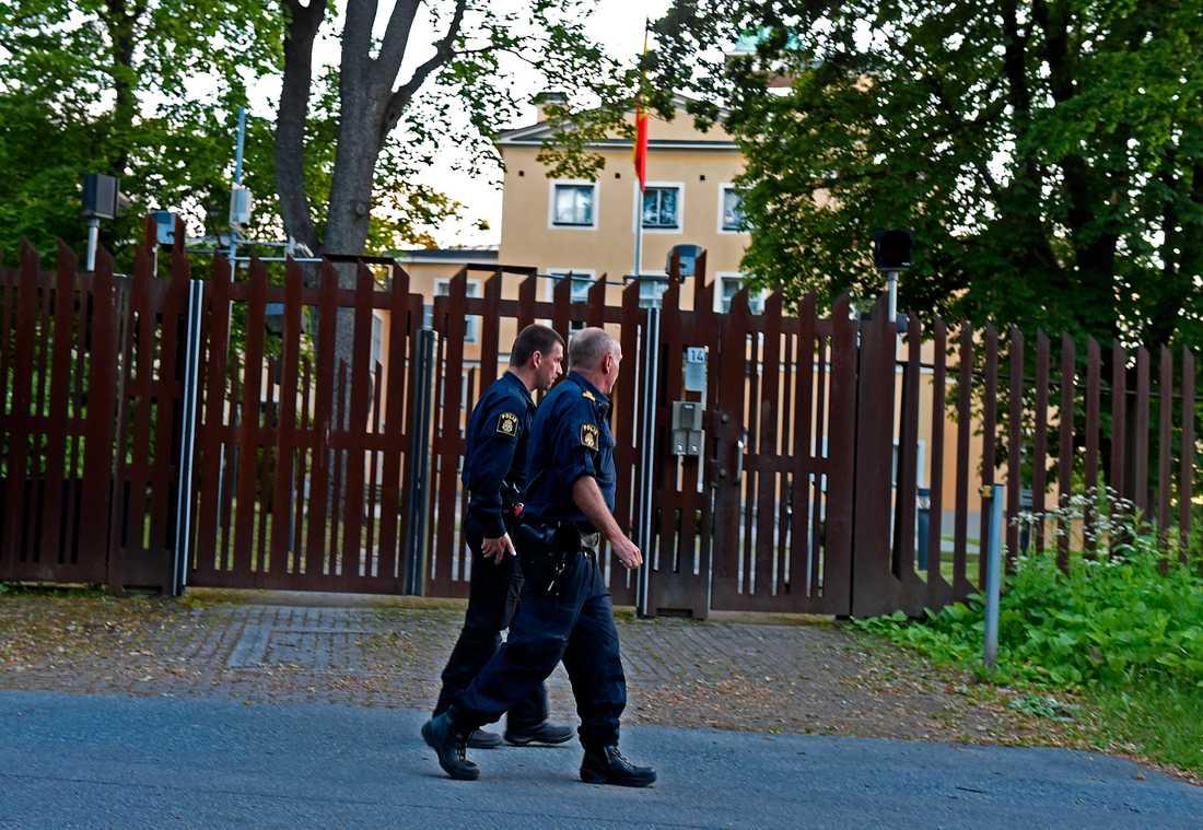Polis utanför Spaniens ambassad i Stockholm.