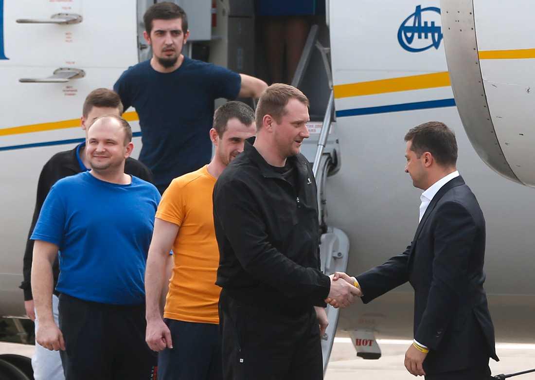 Ukrainas president Volodymyr Zelenskyj (längst till höger) välkomnar tidigare fångar tillbaka till Ukraina.