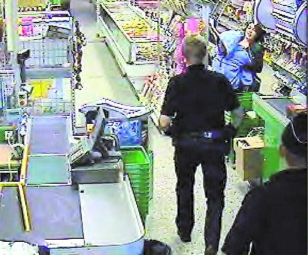 Polisen kommer efter 20 minuter. Då håller Viktoria rånaren i ett järngrepp.