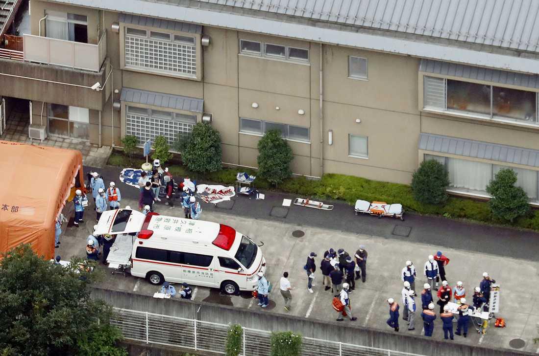Räddningsinsats på platsen efter attacken.