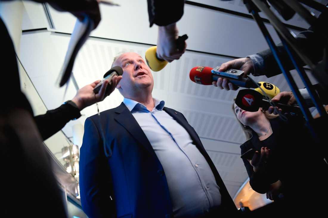 Jonas Sjöstedt (V) är besviken på regeringen och är nu beredd att förhandla med M och KD om mer pengar till välfärden.