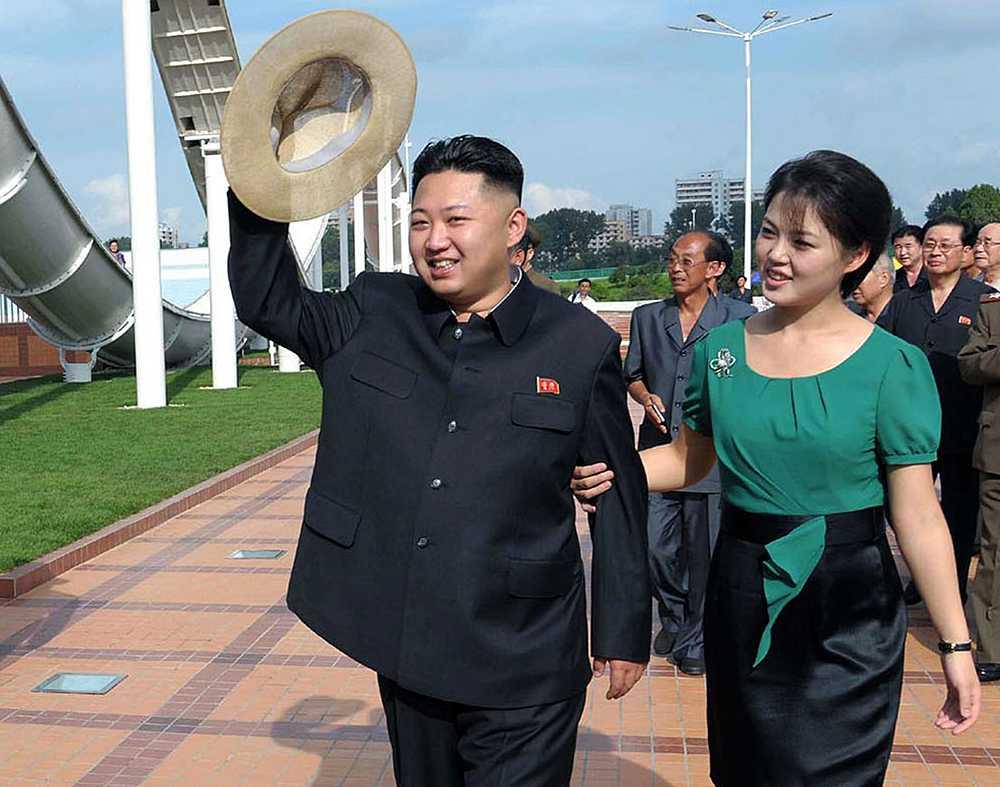 Nordkoreas ledare Kim Jong-Un med frun Ri Sol-Ju vid en ceremoni.