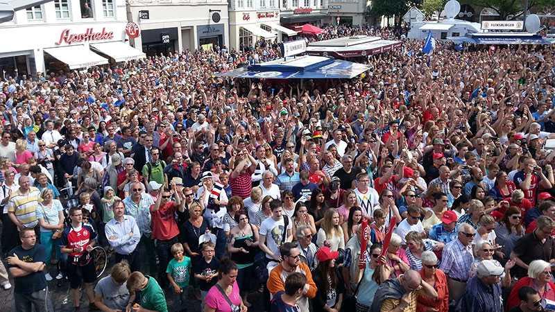 Tusentals personer hyllar mästarna i Flensburg.