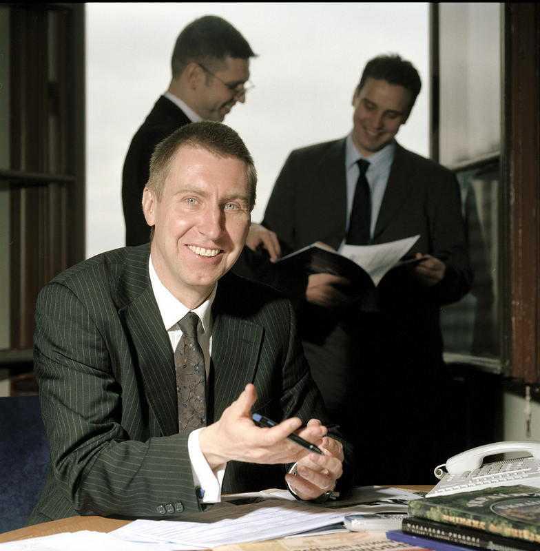 """BRANSCHENS GULDGOSSE  Peter Elam Håkansson ligger bakom bolaget East Capitals Rysslandsfond och han beskriver startandet av bolaget som """"sitt livs affär"""". Exakt hur mycket pengar han har tjänat på att förvalta svenskarnas PPM-pengar är oklart, men de senaste fem åren har han deklarerat för inkomster på sammanlagt 74,3 miljoner – samtidigt som Rysslandsfonden bara förra året har tappat 26,2 procent."""