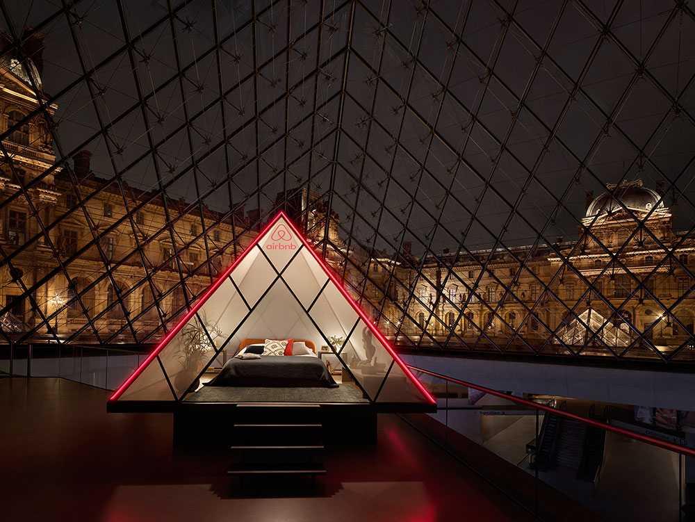 Sov över i en minipyramid på Louvren för en natt.