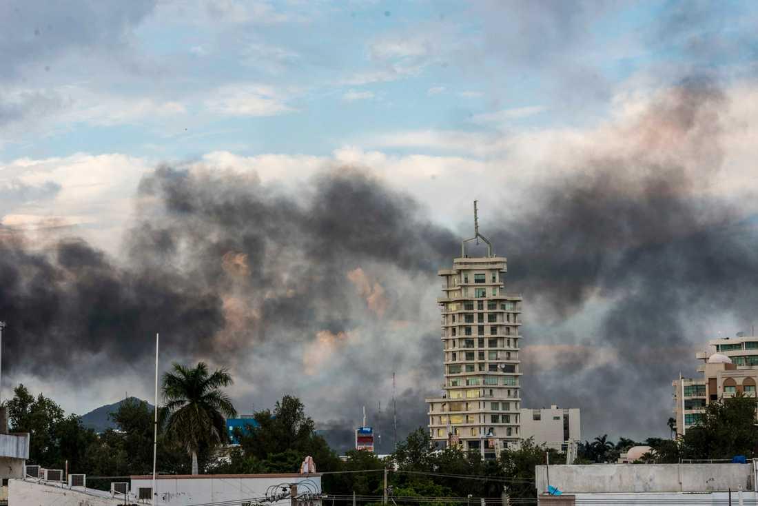Rök från brinnande bilar ligger tung över Culiacán i Mexiko.