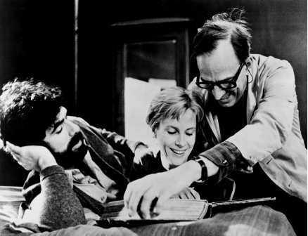beröringen Bergman tillsammans med Elliott Gould och Bibi Andersson vid inspelningen (1971).