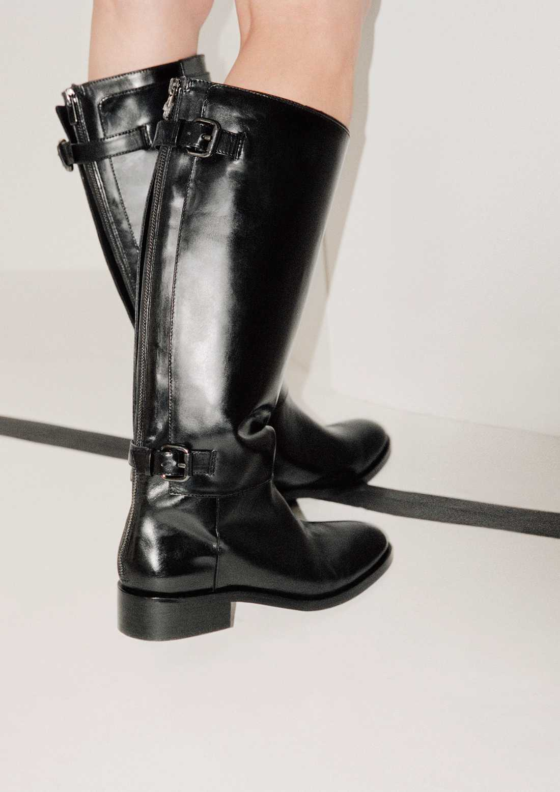 Knähögt Säsongens boots ska helst sträcka sig upp till knäna, gärna ännu högre. Varianter finns med och utan klack  i bland annat mocka och skinn. Modellen som vi ger några extra plus är den stabila varianten från & Other Stories, 2 450 kronor.