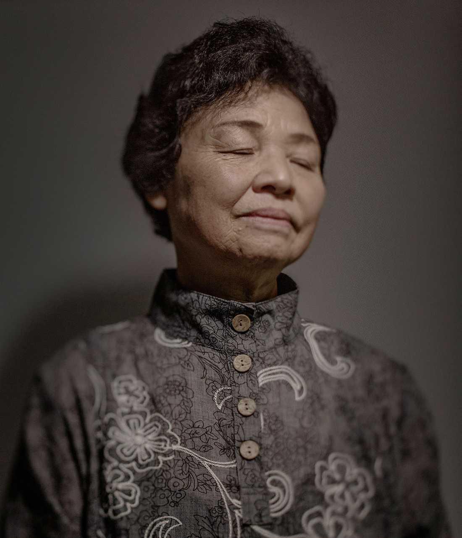 """Kotani Takako, 76 minns hur den blå himlen på några sekunder förvandlades till ett helvetiskt inferno. Hon överlevde mirakulöst trots att hennes hus jämnades med marken. """"Överallt omkring mig såg jag människor som såg ut som spöken med bitar av hud hängande från armar och ben. Människor bad mig desperat om vatten men jag hade inget att ge dem."""""""