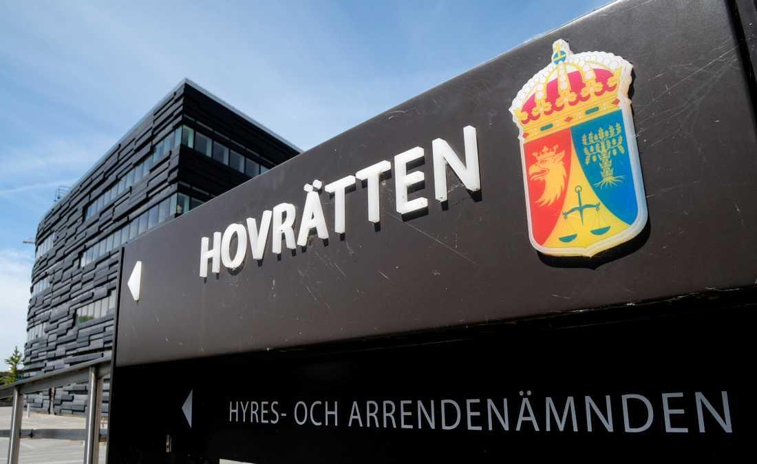 Hovrätten över Skåne och Blekinge fastställer tingsrättens domar mot två unga män som pressat en jämnåring på flera hundratusen kronor.