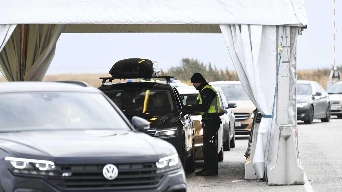 Dansk polis utför gränskontroll på bilar som kommer från Sverige.