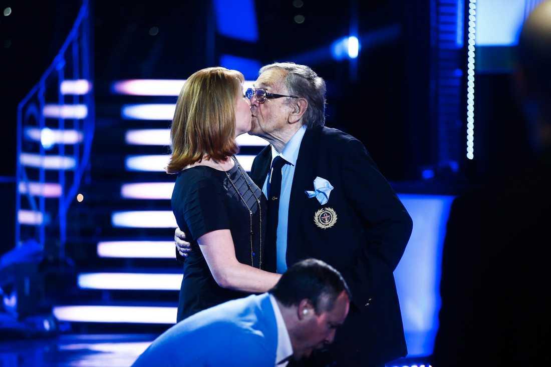 Let's Dance 2014 - Finalen - under en reklampaus bjuder tv-legendaren Arne Weise upp partiledare Annie Lööf (C) och gav henne en puss efter dansen.