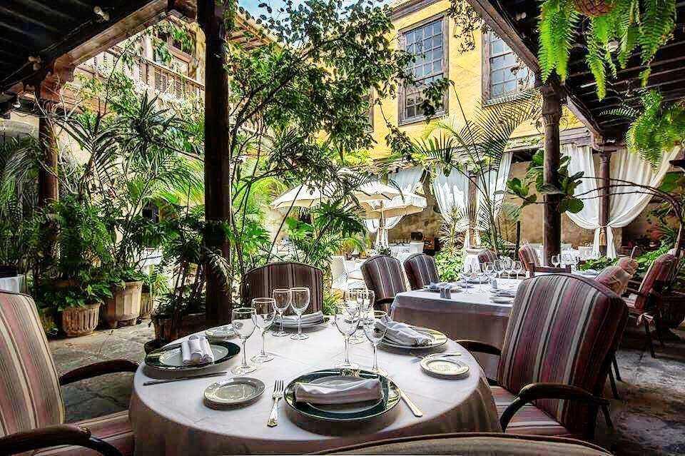 Ät i den lummiga innergården på Casa Montesdeoca mitt i Las Palmas.