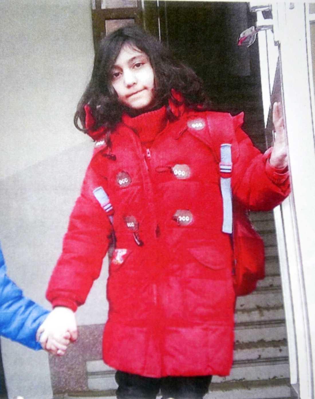 Bara timmar efter att den här bilden togs på lilla Yara misshandlades hon till döds.