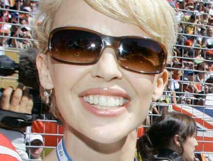 Dejtar sångare En 23-årig skotsk sångare och discjockey pekas ut som Kylie Minogues nya pojkvän.