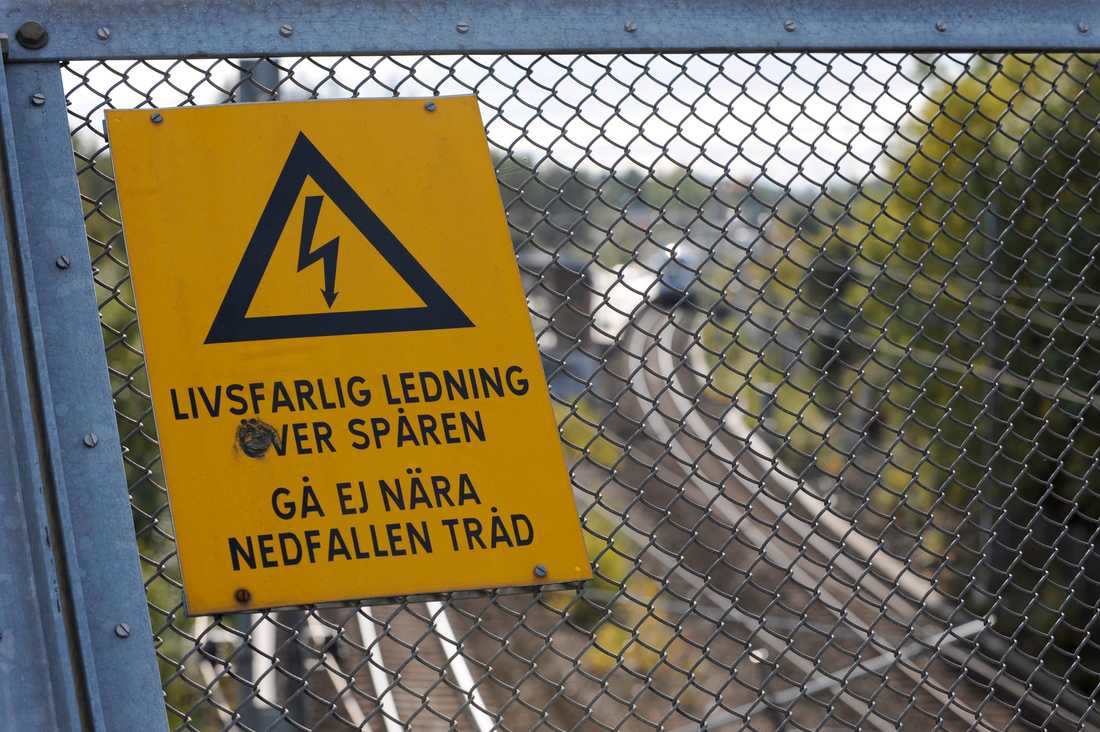 En pojke i 15-årsåldern har avlidit efter att ha kommit i kontakt med elledningar över järnvägsspåret i Västerås. Arkivbild