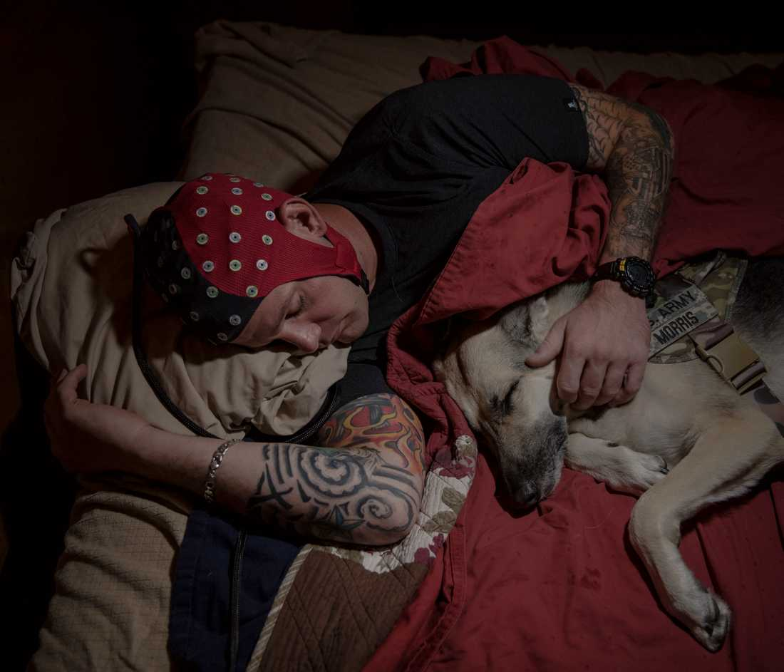 Porträttserie, 2-a pris: Militärveteranen Mike Morris, som tjänstgjort i Irak, har på sig en EEG-hätta när han sover med sin terapihund Olive. Han deltar i en studie vid Johns Hopkins university i USA där man ser på hur sällskap och olika ljud i en sovande persons omgivning påverkar hens återhämtning från traumatiska händelser.